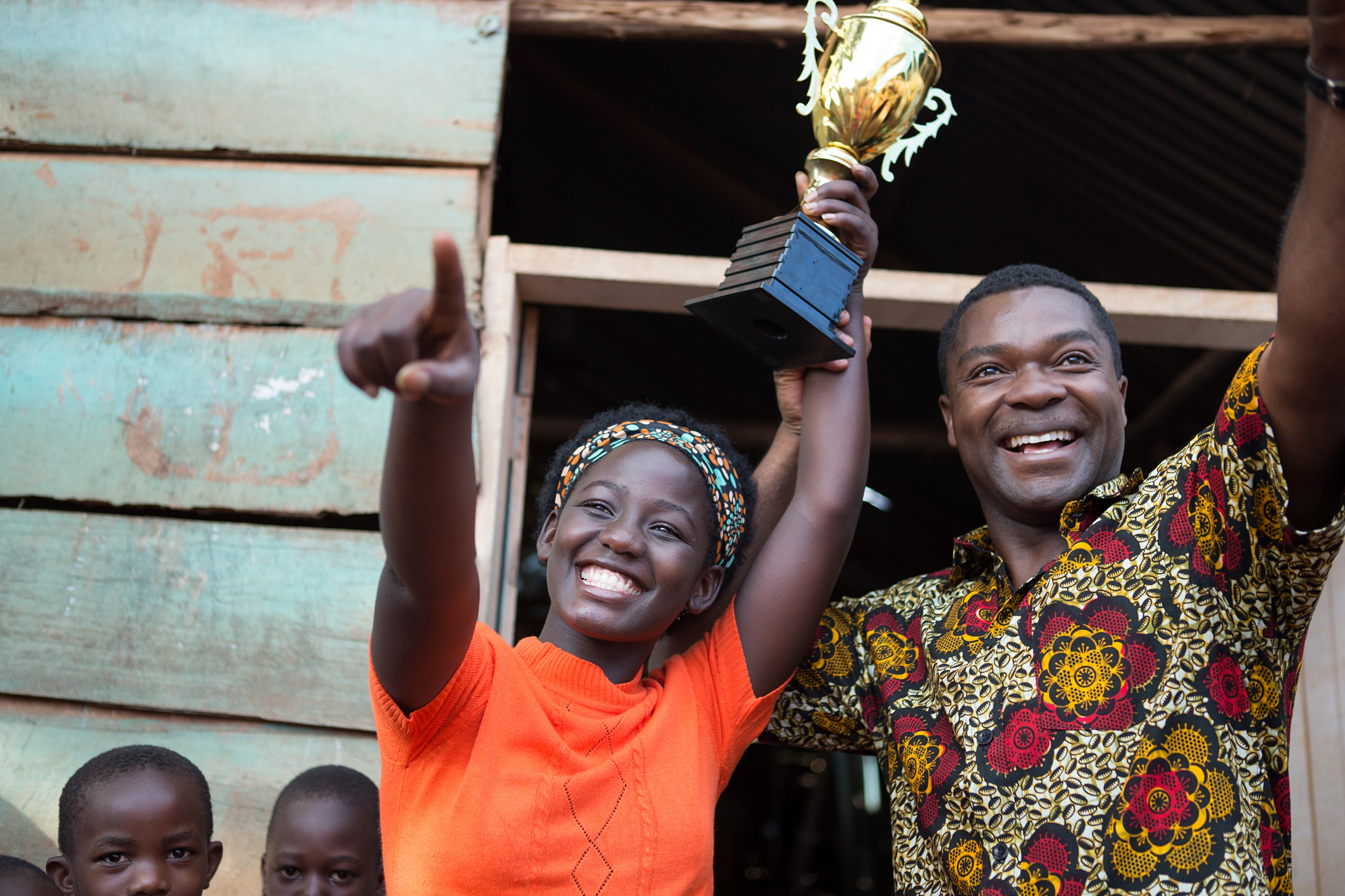David Oyelowo is Robert Katende and Madina Nalwanga is Phiona Mutesi in in Disney's Queen of Katwe E, based on a true story of a young girl from the streets of rural Uganda whose world rapidly changes when she is introduced to the game of chess. Oscar (TM) winner Lupita Nyong'o also stars in the film, directed by Mira Nair.